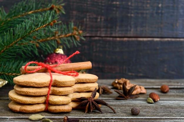 Świąteczne domowe pierniki i przyprawy na podłoże drewniane