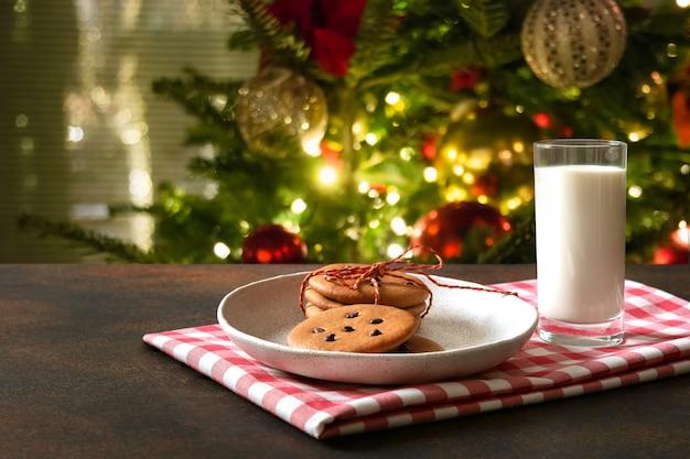 Świąteczne domowe pierniki w talerz i mleko dla świętego mikołaja