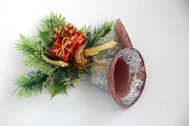 Świąteczne dzwonki ręczne w formie ozdoby do drzwi z zielenią