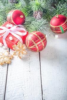 Świąteczne gałęzie jodły, pudełka na prezenty z świąteczną wstążką
