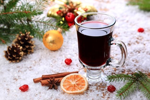 Świąteczne grzane wino i ingridenty na śniegu