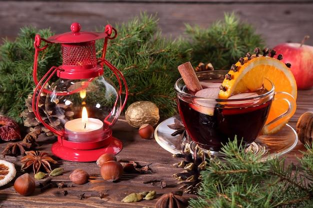 Świąteczne grzane wino i składniki na drewnianym stole