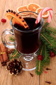 Świąteczne grzane wino z atrybutami na drewnianym stole