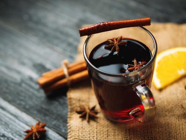 Świąteczne grzane wino z cynamonem, anyżem i cytrusami