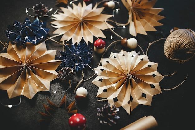 Świąteczne gwiazdki z papieru ekologiczna świąteczna dekoracja ręcznie robiona na drutach