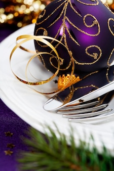 Świąteczne i noworoczne ustawienie świątecznego stołu