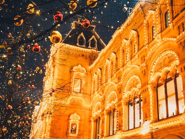 Świąteczne iluminacje i dekoracje bożego narodzenia i nowego roku w moskwie. plac czerwony