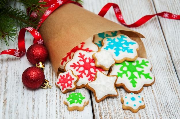Świąteczne imbirowe i miodowe kolorowe ciasteczka
