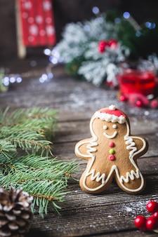 Świąteczne jedzenie. gingerbread man cookie w boże narodzenie ustawienie. świąteczny deser