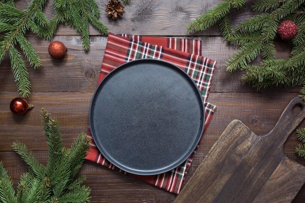 Świąteczne jedzenie granicy z czarnym talerzu