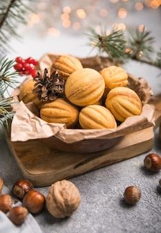 Świąteczne jedzenie. kruche ciasteczka w kształcie orzecha włoskiego oreshki z karmelem.