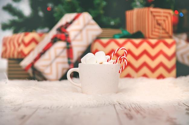 Świąteczne kakao z piankami i cukierkami. selektywne ustawianie ostrości.