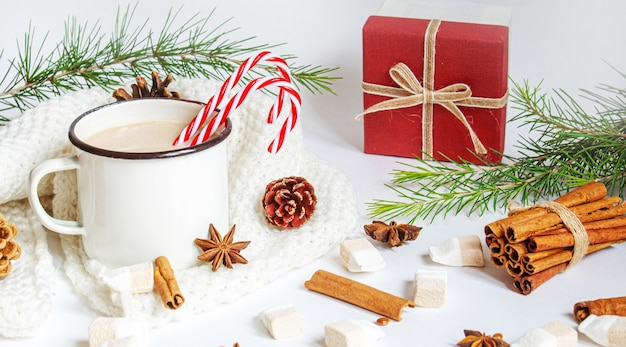 Świąteczne kakao z piankami. neweyar.holiday. selektywne skupienie