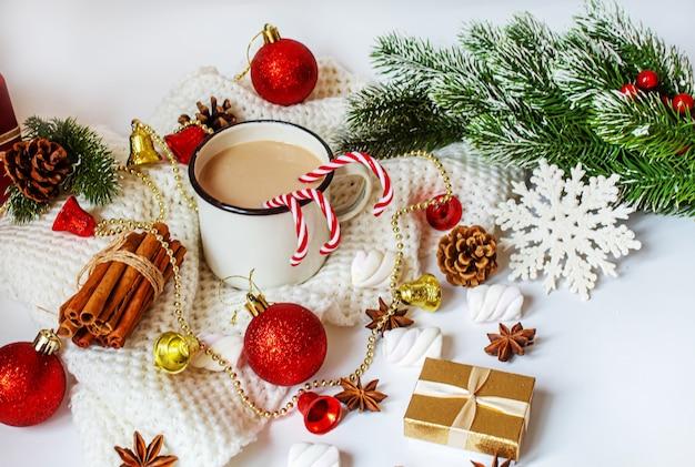 Świąteczne kakao z piankami. noworoczne wakacje. selektywne skupienie.jedzenie