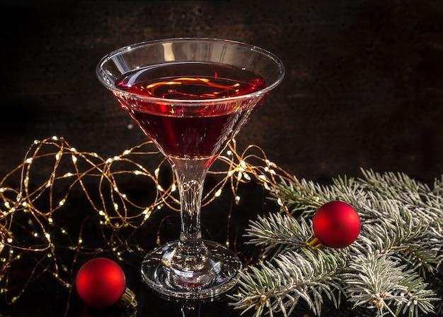 Świąteczne kieliszek do martini z gałązkami świerku i dekoracjami