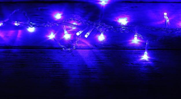 Świąteczne lampki na drewnianym tle
