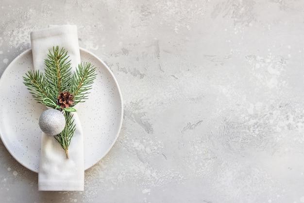 Świąteczne lub noworoczne nakrycie stołu z dekoracjami świątecznymi.