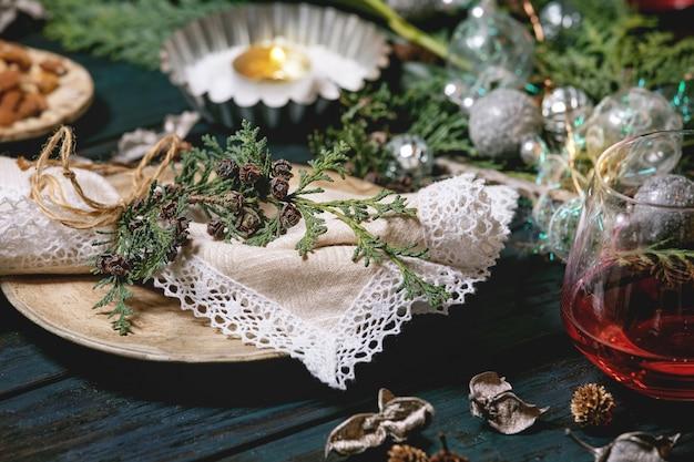 Świąteczne lub noworoczne nakrycie stołu