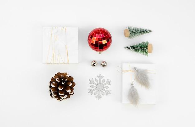 Świąteczne minimalne mieszkanie leżało z prezentami, szyszkami i zabawkami świątecznymi