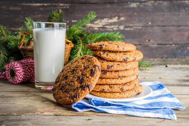 Świąteczne mleko i ciasteczka dla świętego mikołaja