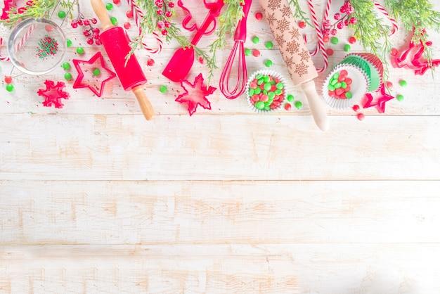 Świąteczne naczynia do pieczenia w miejscu pracy cukiernika lub piekarza