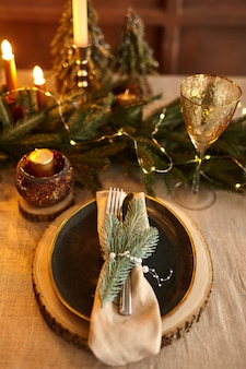 Świąteczne nakrycie stołu i świąteczne dekoracje na noc.