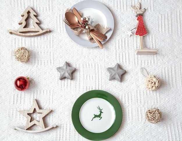 Świąteczne nakrycie stołu na biały obrus z ozdobami