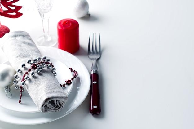 Świąteczne nakrycie stołu na czerwono