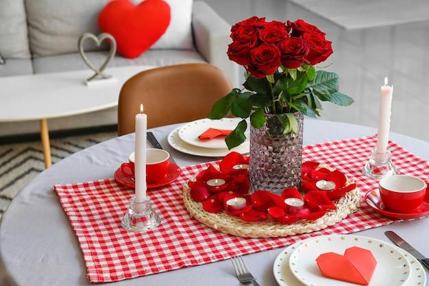 Świąteczne nakrycie stołu na obchody walentynki w domu