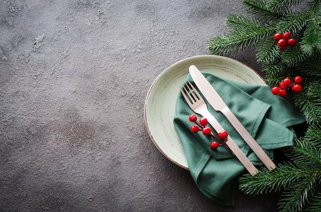 Świąteczne nakrycie stołu na świąteczny lub noworoczny obiad.