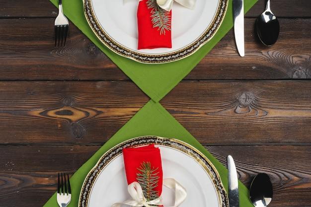 Świąteczne nakrycie stołu na świąteczny obiad, widok z góry