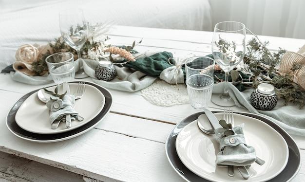 Świąteczne nakrycie stołu w domu ze skandynawskimi detalami dekoracyjnymi z bliska.