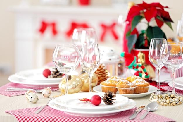 Świąteczne nakrycie stołu z dekoracjami świątecznymi na powierzchni kominka