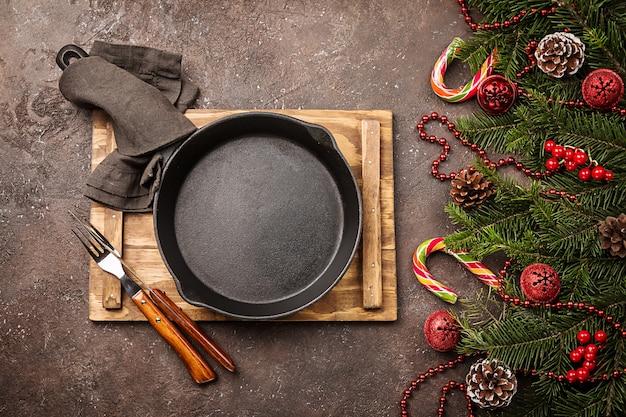 Świąteczne nakrycie stołu z dekoracjami świątecznymi wakacje w tle widok z góry z miejsca na kopię