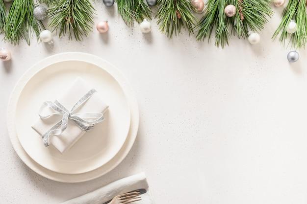Świąteczne nakrycie stołu z dekoracjami