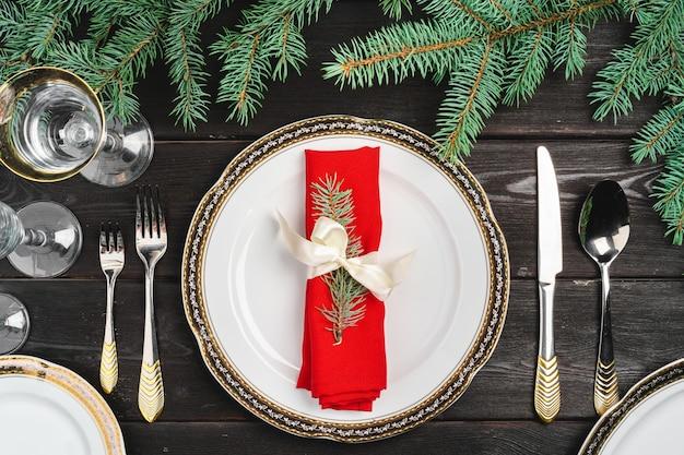 Świąteczne nakrycie stołu z gałęzi sosny