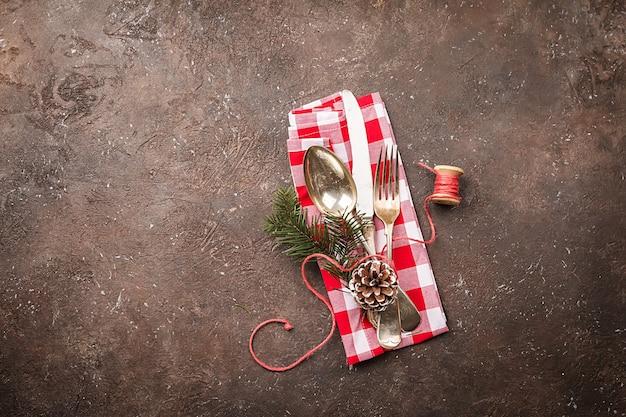 Świąteczne nakrycie stołu z świątecznymi dekoracjami