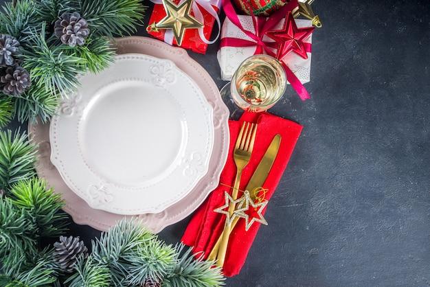 Świąteczne nakrycie stołu z talerzami i kieliszkiem do szampana