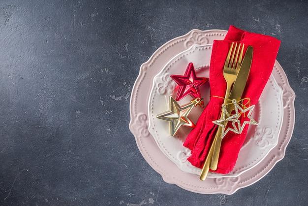 Świąteczne nakrycie stołu z talerzami i sztućcami
