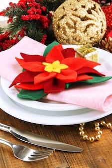 Świąteczne nakrycie stołu ze świątecznymi dekoracjami z bliska