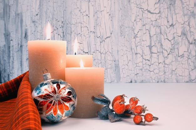 Świąteczne nastanie świec z czerwonymi dekoracjami