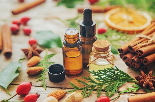 Świąteczne olejki eteryczne w małej butelce. selektywne ustawianie ostrości.