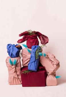 Świąteczne opakowanie furoshiki. etniczny prezent na boże narodzenie. koncepcja zero odpadów