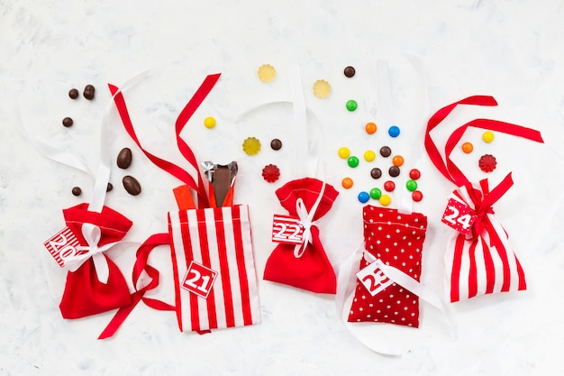Świąteczne ozdoby. torebki cukierkowe na kalendarz adwentowy. słodkie prezenty dla dzieci