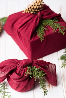 Świąteczne pakowanie furoshiki. etniczny prezent na boże narodzenie. koncepcja zero odpadów