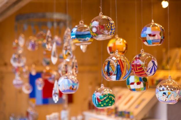 Świąteczne pamiątki na ladzie w europie, malowane szklane bombki z bajkami.