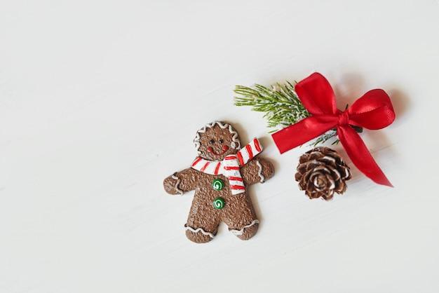 Świąteczne pierniczki, gałązki jodły i szyszki. świąteczna koncepcja z bożym narodzeniem