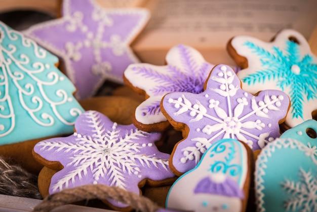 Świąteczne pierniki, płatki śniegu i imbir. dzianinowy szalik i laski cynamonu.