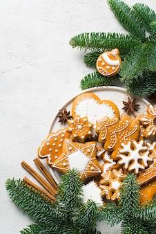 Świąteczne pierniki tła z jodłą, sosną, na białej teksturze koncepcja wakacje szczęśliwego nowego roku, miejsce