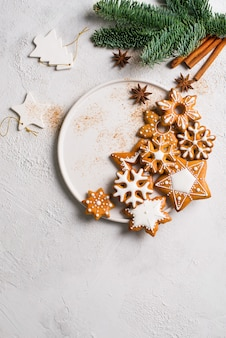 Świąteczne pierniki tła z jodłą, sosną, na białej teksturze koncepcja wakacje szczęśliwego nowego roku, pionowe